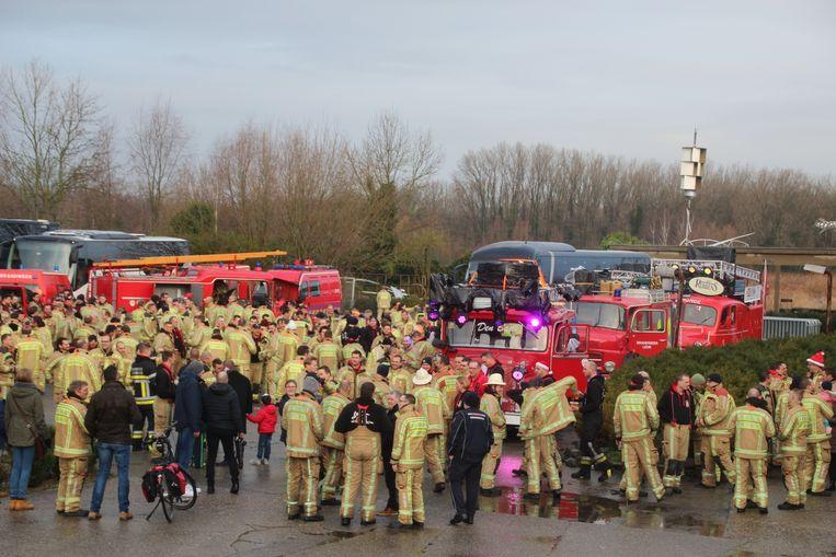Een indrukwekkend aantal brandweermannen verzamelde zondagochtend bij Stokerij Rubbens in Wichelen.
