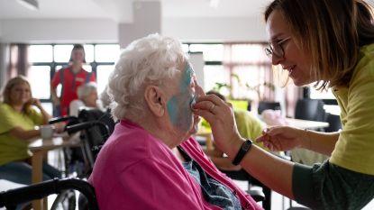 Vrijwilligers leggen senioren in de watten tijdens wellness-namiddag