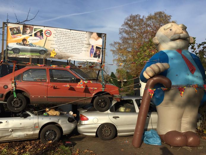 Autowrakken pal voor de deur van de jarige automonteur in Den Ham.