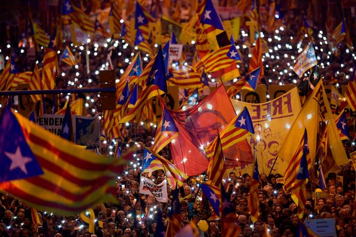 De demonstranten tonen het portret van de gevangengenomen separatist Oriol Junqueras. Volgens Spaanse media gingen 200.000 Catalanen zaterdag de straat op.