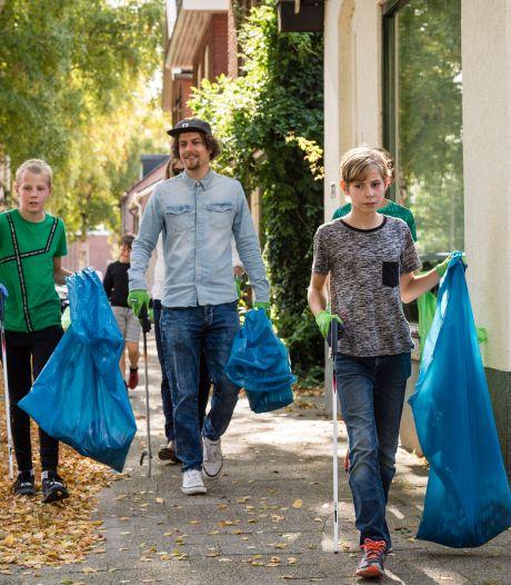 Trashpacker Tijmen Sissing duikt op in thuisstad Hengelo: 'Opruimen is niet de oplossing'