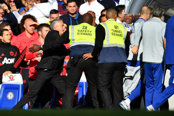 Mourinho is woest op assistent-trainer Ianni van Chelsea, nadat die hem had geprovoceerd.