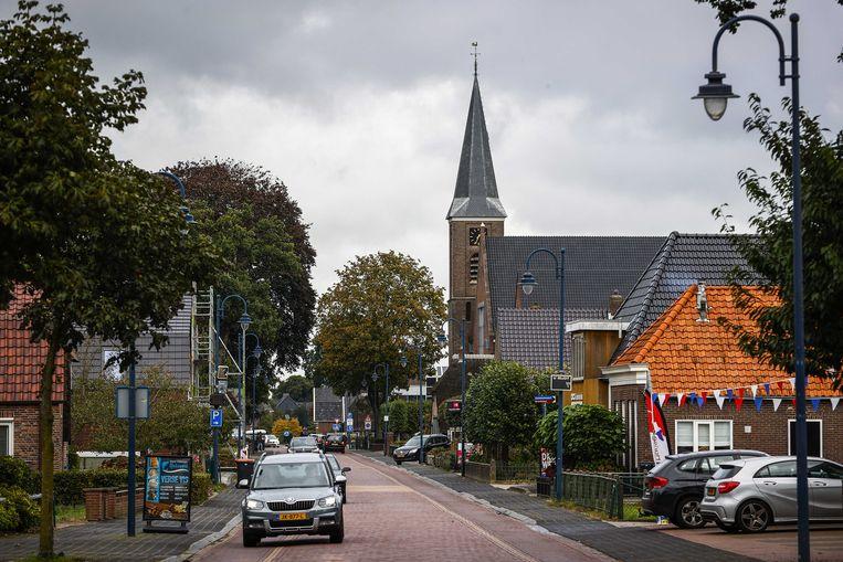 Straatbeeld van Staphorst met het gebouw van De Hersteld Hervormde Kerk.  Beeld ANP
