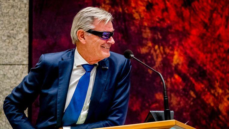 Martin van Rooijen (50Plus) test een lichttherapiebril om fit te blijven tijdens het debat. Beeld anp