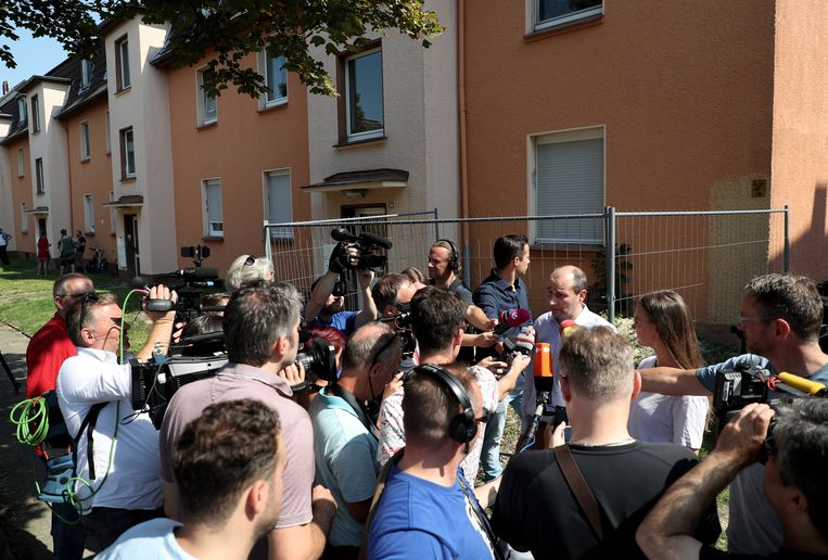 Een woordvoerder van de stad geeft de pers een update bij het huis waar de cobra ontsnapte.