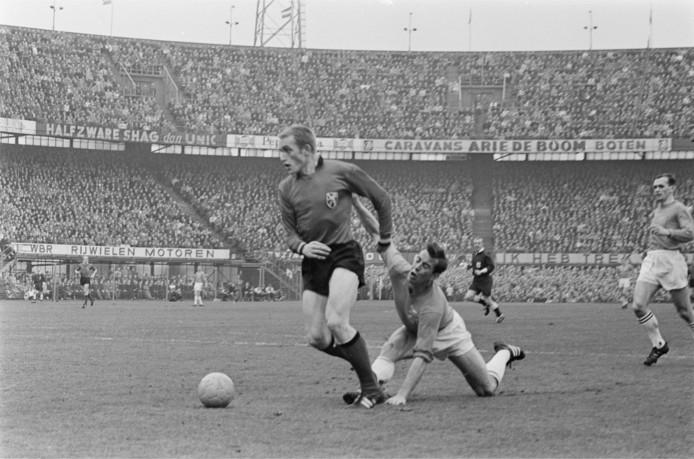 Schrijvers houdt met hangen en wurgen de Belgische aanvaller Pol van Himst in bedwang in een oefenduel tussen Nederland en België in 1966 (3-1).