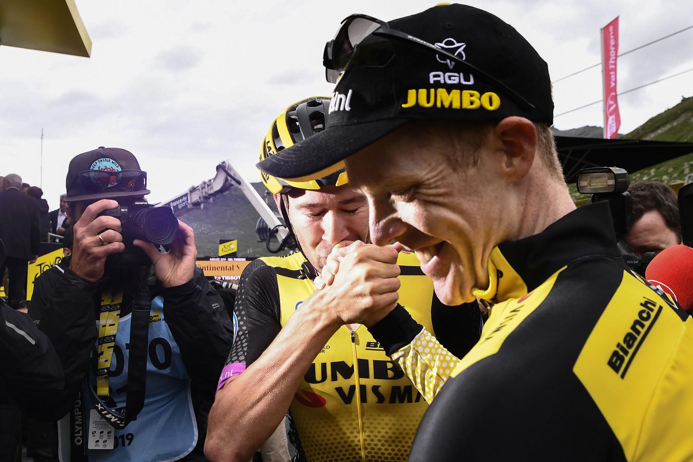 Steven Kruijswijk krijgt een kushand na de finish in Val Thorens.