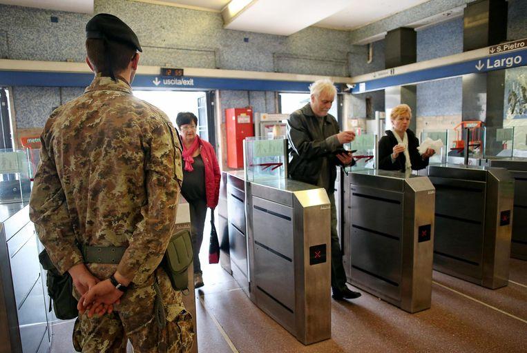 Passagiers gaan binnen in het metrostation S.Pietro, vlakbij het Colosseum in Rome.
