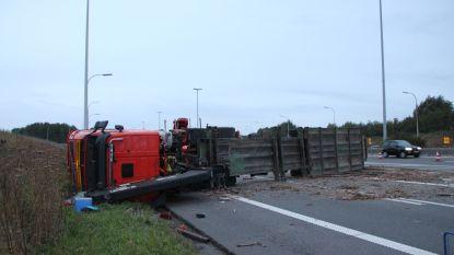 Vrachtwagen met boomstammen kantelt op verkeerswisselaar Aalbeke