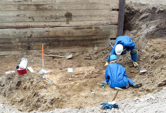 Bij graafwerkzaamheden voor de nieuwe Jansbeek in Arnhem werden onder meer in de Broerenstraat stoffelijke resten gevonden.