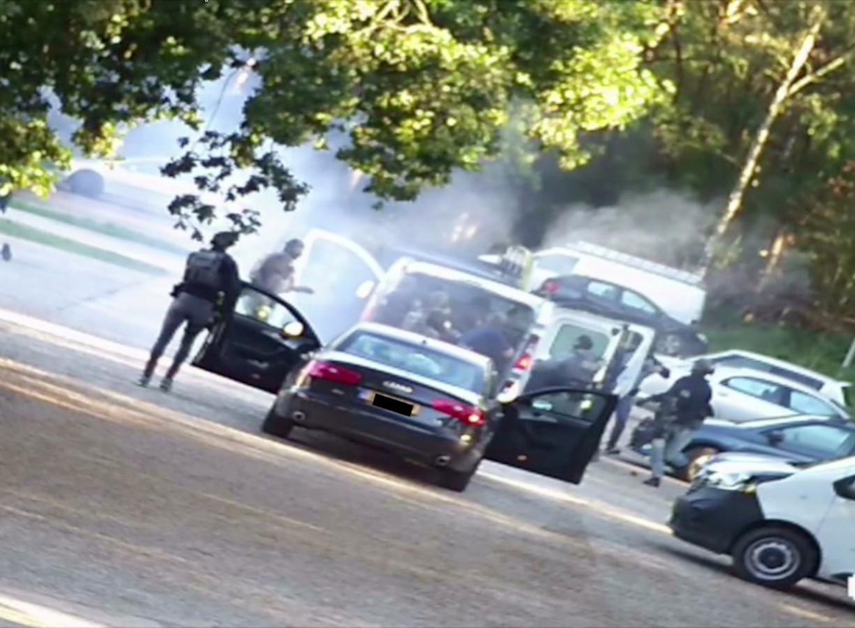 Een still uit camerabeelden van de politie leggen de arrestaties van zeven mannen vast tijdens een grote antiterreuractie waarbij een mogelijke aanslag is verijdeld.
