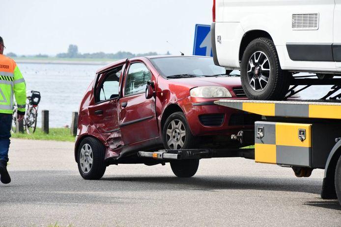Een van de gehavende auto's op de Oesterdam.