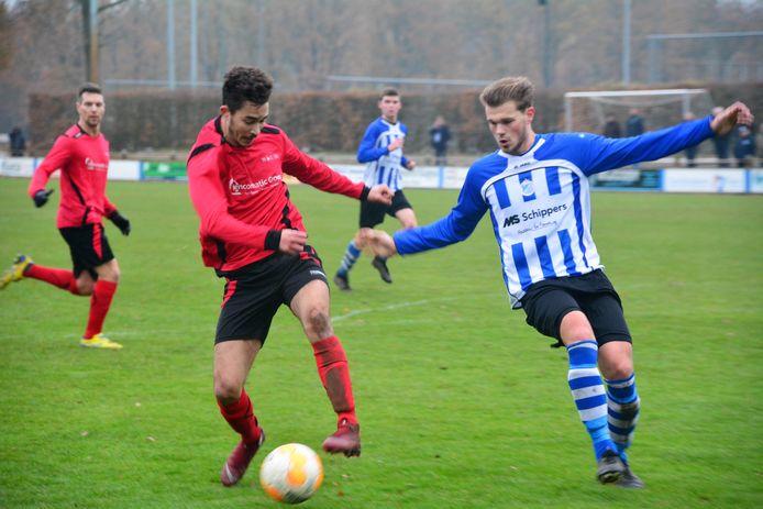 EFC-aanvaller Anwar Janssen (l) in duel met Bladella-verdediger Max Jansen.