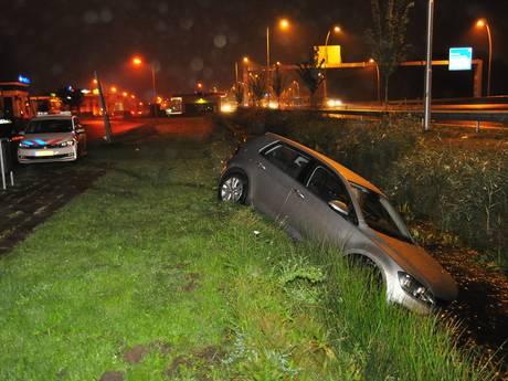 Bestuurder verliest macht over het stuur in Waalwijk en belandt in sloot
