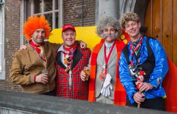 Klaas Dijkhoff, tweede van rechts, tijdens carnaval met een paar VVD-vrienden op het bordes van het stadhuis in Breda. Rechts op de foto raadslid Daan Quaars, Links, met oranje pruik, de huidige wethouder Boaz Adank met daarnaast fractievoorzitter Thierry Aartsen.