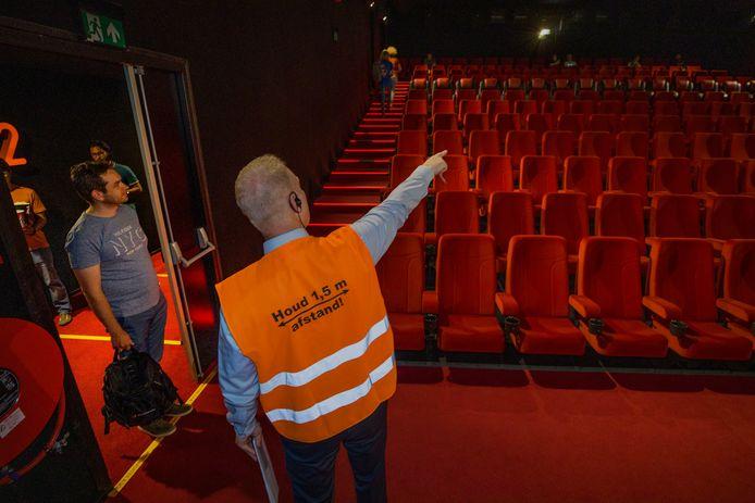 Theatermanager van Vue in Eindhoven John Boersma wijst bezoekers hun plek aan.