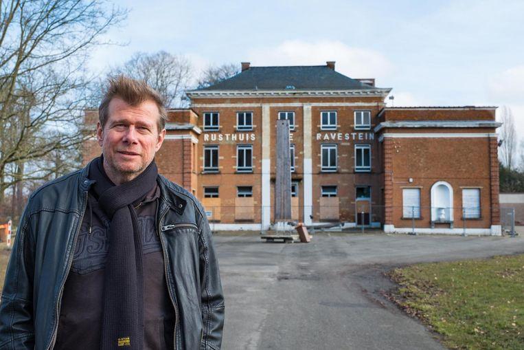 Schepen Hans De Locht aan het leegstaande, voormalige rusthuis De Ravestein dat een basisschool zal worden.
