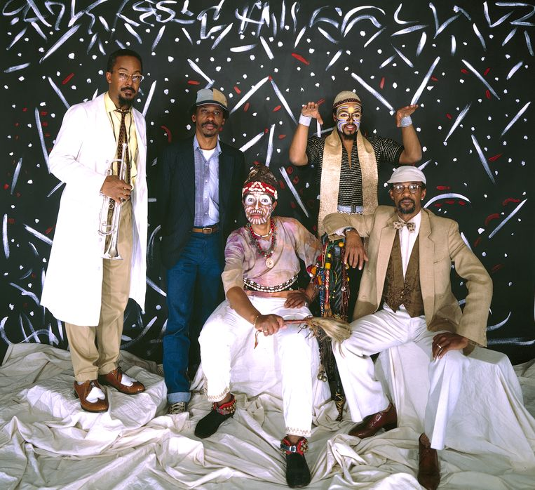 Van links naar rechts: Lester Bowie, Roscoe Mitchell, Malachi Favors, Famadou Don Moye en Joseph Jarman van Art Ensemble of Chicago.  Beeld Getty Images