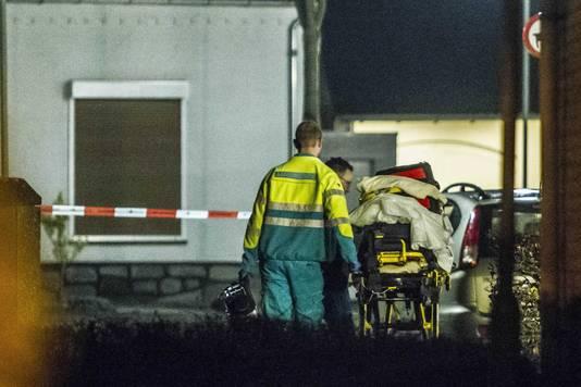 Hulpverleners na een woningoverval in de Beatrixlaan.