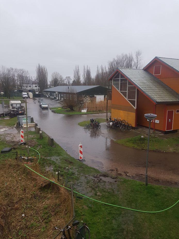 Geen plas maar een rivier waar ze op de Zuiderzeeweg op het Zeeburgereiland doorheen moeten fietsen.