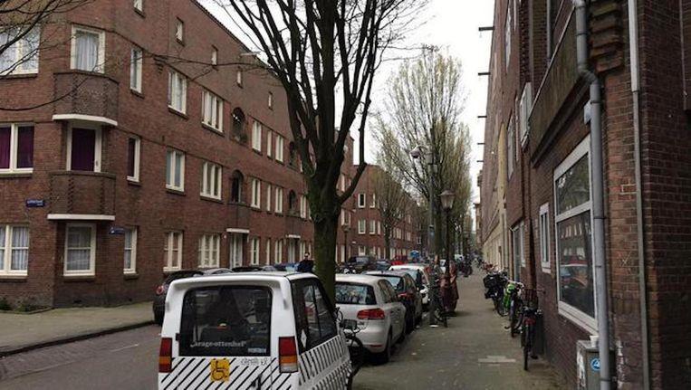 De straat waarin de Marokkaans-Amsterdamse crimineel die nu vastzit op 1 april werd neergeschoten. Beeld Maarten van Dun