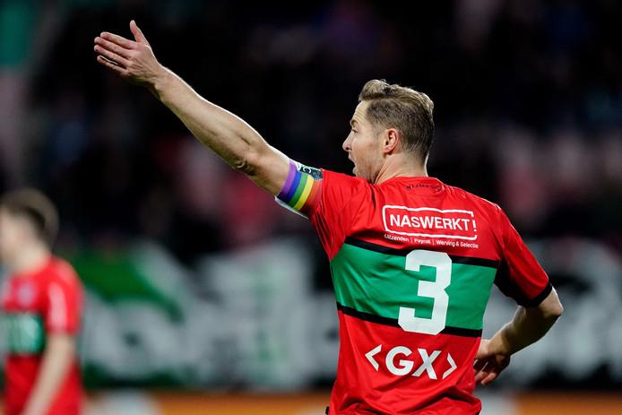 Rens van Eijden zet de verdediging van NEC neer in de gewonnen wedstrijd tegen Jong PSV.