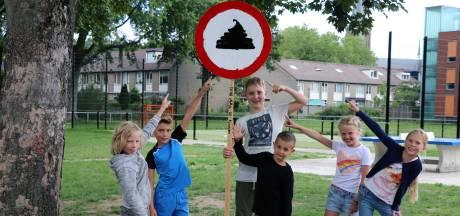 Leerlingen plaatsen verbodsbordje met hondendrol op voetbalveldje Nieuwegein