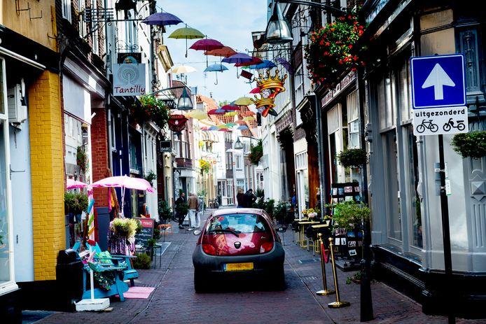 Een auto in de Kleine Overstraat. Dat is binnenkort alleen 's ochtends tot 11 uur nog toegestaan.