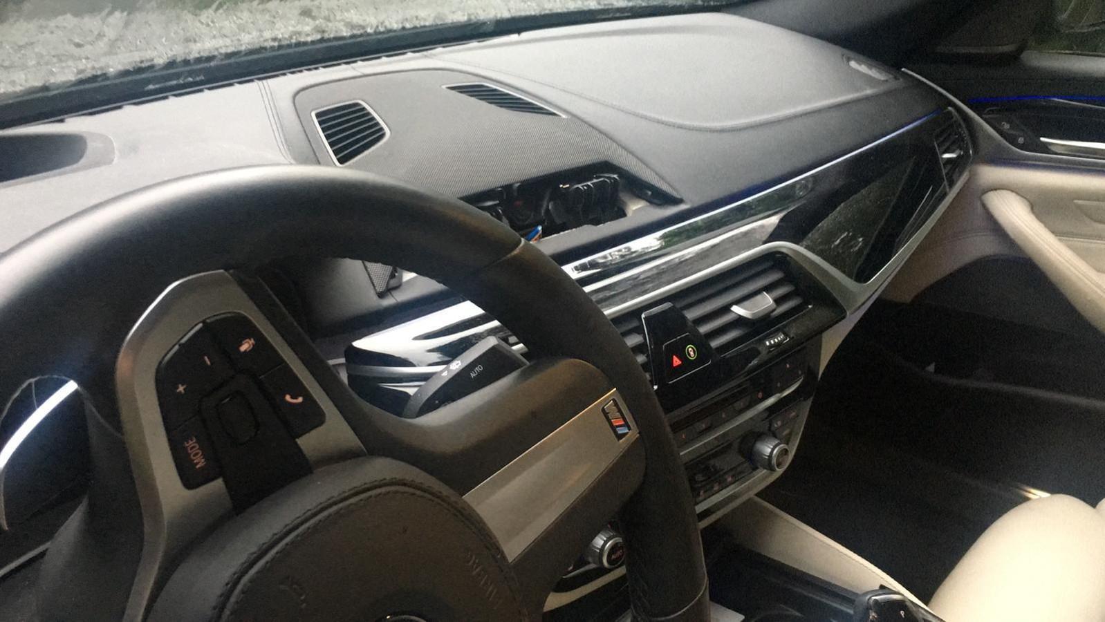 Een BMW met verwijderd navigatiesysteem.