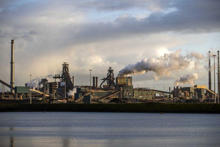Tata Steel in IJmuiden. Tata Steel Europe wil dat daar 1.600 banen verdwijnen, maar dat wil Tata Steel Nederland niet.  Beeld EPA