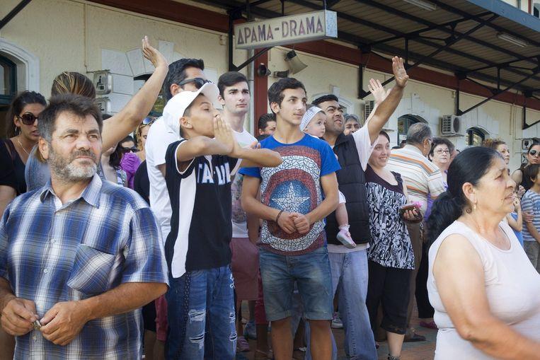 Familie zwaait de jongens uit van op het perron. Griekse jongens vertrekken voor 9 maanden om hun dienstplicht voor het leger te gaan vervullen. Beeld Io Cooman