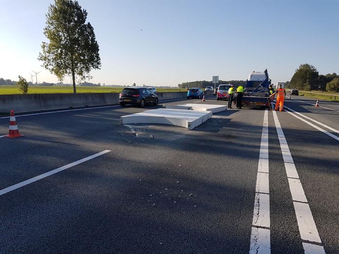 Betonplaten op de weg zorgen voor kilometerslange file op de A28.