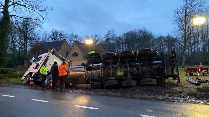 Vrachtwagen kantelt op Kastelein