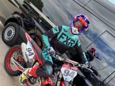 Jonge motorcrosser kan tijdens herstel van dwarsleasie lokroep van crossmotor niet weerstaan