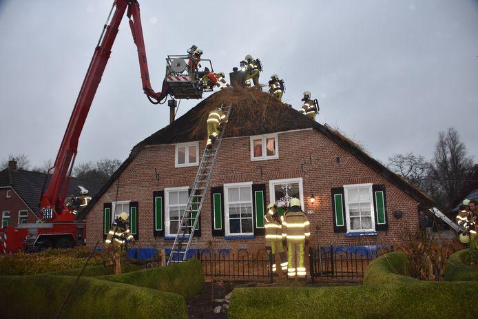 De brandweer moest bij een schoorsteenbrand in Staphorst veel riet weghalen.