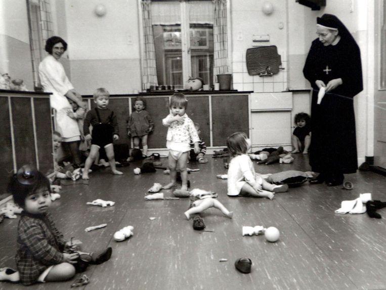 Beeld uit een tehuis voor ongehuwde moeder in Leiden, 1967.  Beeld Johan Van Gurp