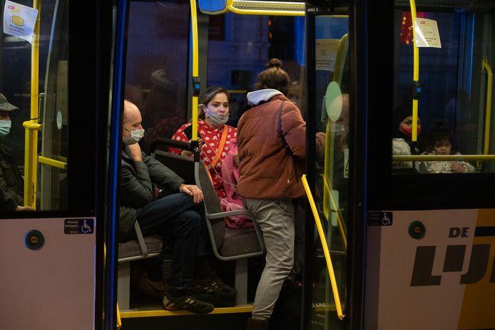 Honderd bewoners geëvacueerd na gasexplosie in brasserie De Gouden Boon, op het kruispunt van de Schrijnwerkersstraat en de Minderbroedersstraat in Hasselt.