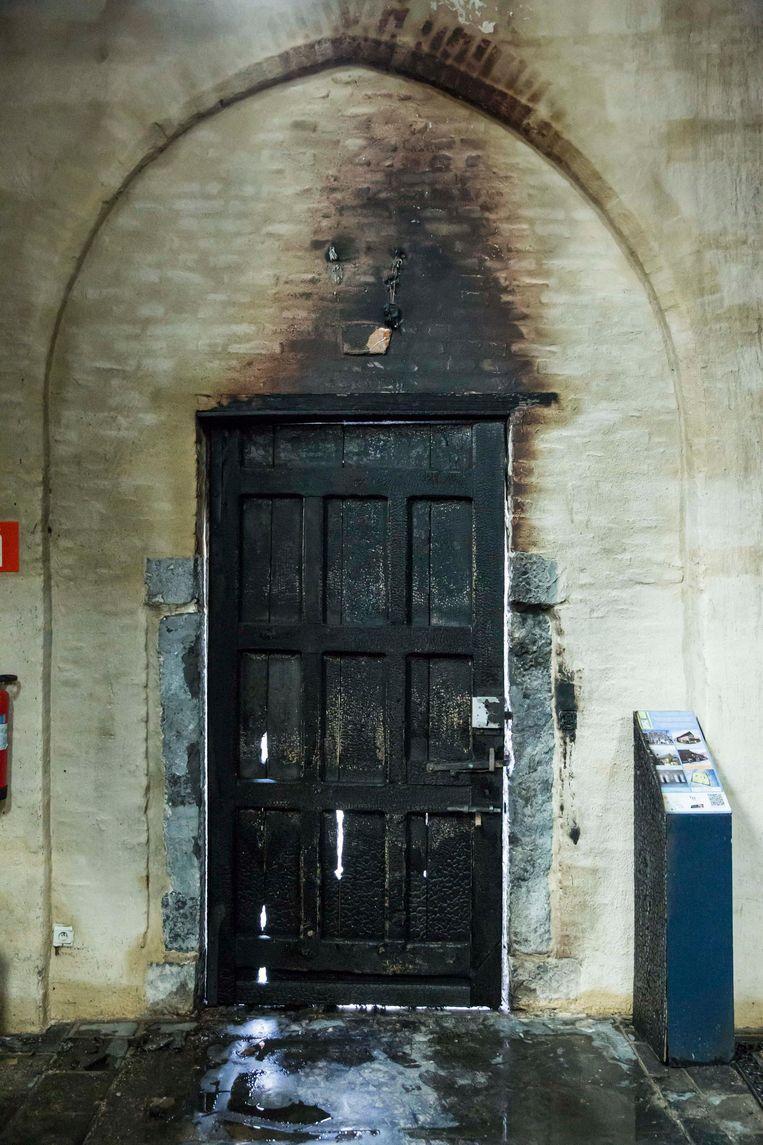 De brandschade aan de deur van de Graethemkapel, waar Herck ook kunstwerken exposeert.