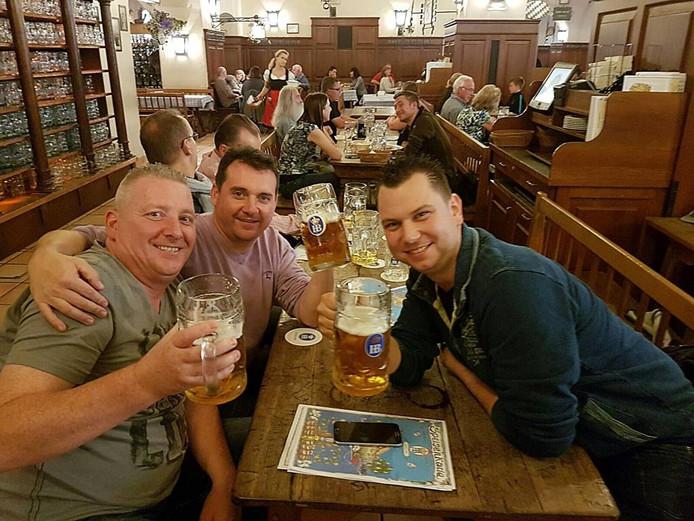 Van links naar rechts: Peter van Doorne (Helmond), Maikel van Kessel (Helmond) en Elwyn van Baardwijk uit Nuenen in de kroeg in München.
