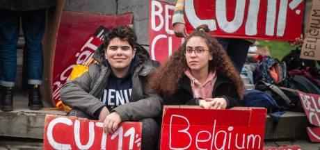 De jeunes manifestants exigent des mesures pour le climat devant le Parlement européen