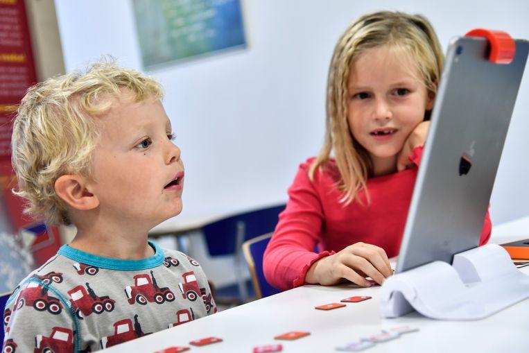 Kinderen kijken vol verbazing naar resultaat