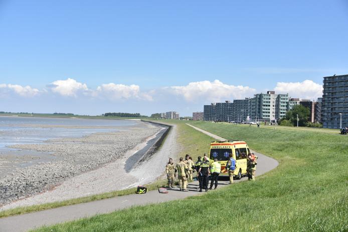 De brandweer werd opgeroepen om een oudere man uit het slik te halen.