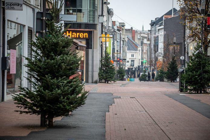 Hasselt zal géén dranghekken zetten voor de wachtrijen buiten, en houdt het vooral gezellig met kerstbomen in de winkelstraten.