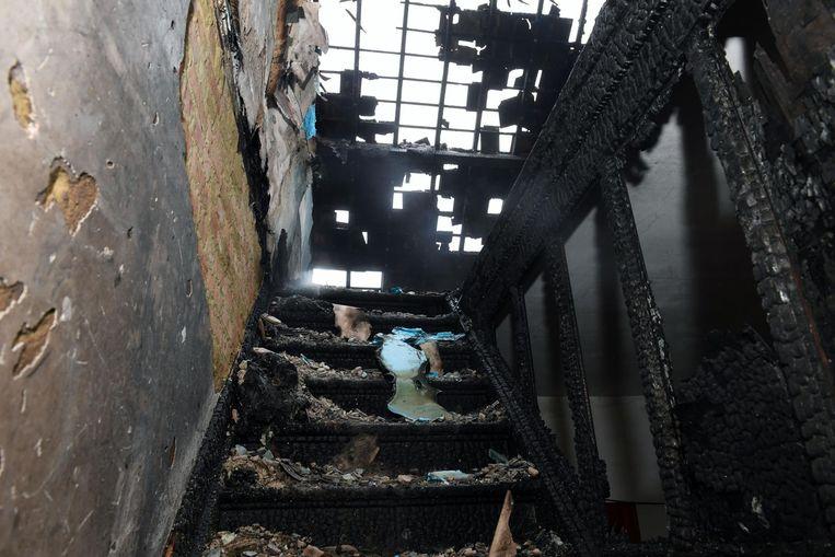 De trap en de zolderverdieping zijn zwartgeblakerd door de vlammen.