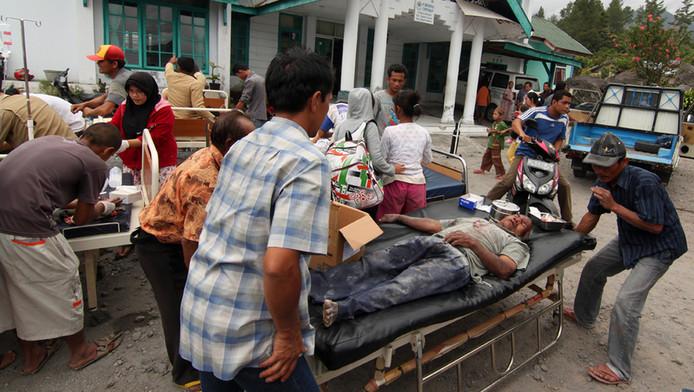 Eerstehulpverlening dinsdag na de aardbeving in Atjeh.