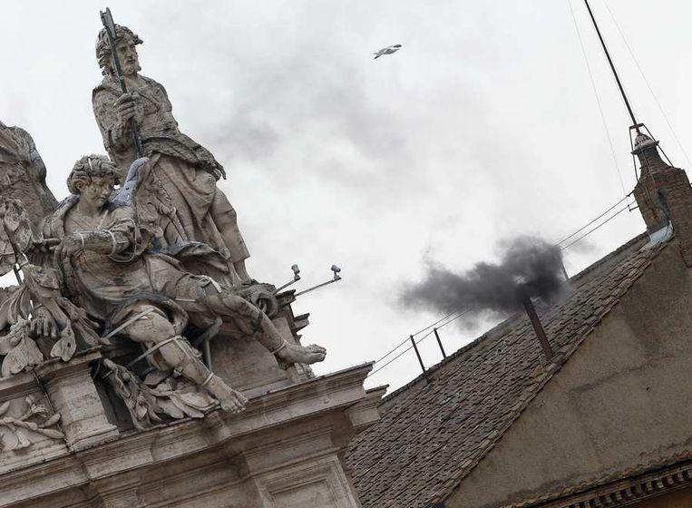 Zwarte rook uit de schoorsteen van de Sixtijnse Kapel Beeld reuters