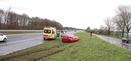 Automobiliste slaat over de kop op A28 bij Ermelo