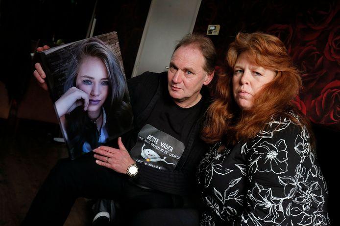 Ed Flameling en Corita Both met een foto van hun dochter Maryana, die vorige week zaterdag op 14-jarige leeftijd overleed.