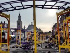 Opbouw kermis in volle gang in centrum Roosendaal