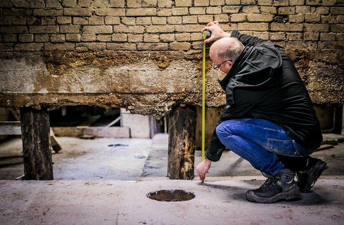 De fundering van een huis in Rotterdam wordt hersteld. Ongeveer een miljoen huizen dreigen te verzakken. De droge zomer van vorig jaar heeft geleid tot laag grondwater en dat zorgt voor funderingsproblemen.